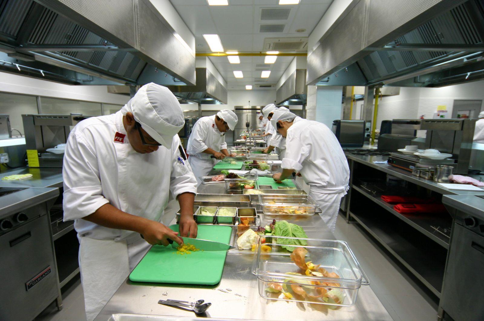 khu sơ chế bếp nhà hàng
