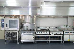 Các dụng cụ bếp công nghiệp không thể thiếu khi mở nhà hàng